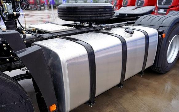 青岛解放悍V2.0对比德龙M3000S,都是30万都是460马力都是8吨不到的自重谁才是拉煤神车?
